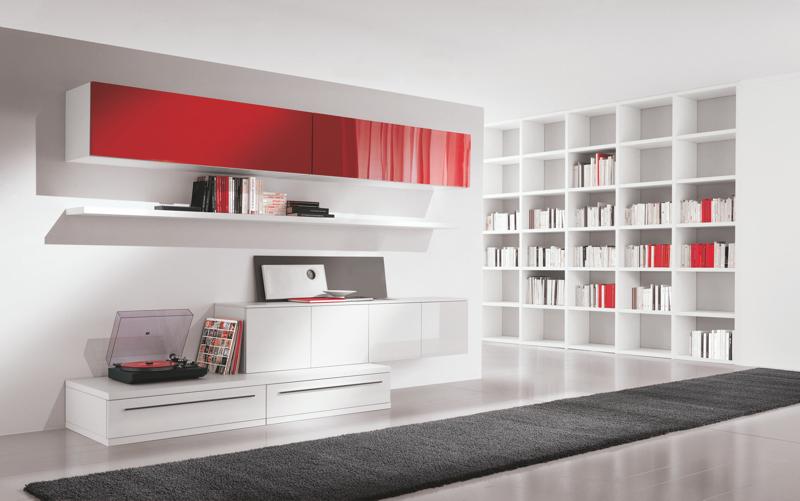 Soggiorno rosso e bianco ampio soggiorno luminoso con divano
